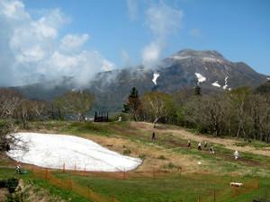 茶臼岳と残雪
